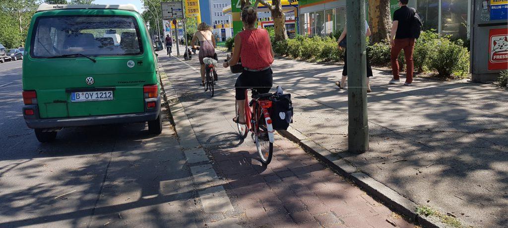 Holpriger Schmalspurradweg in der Storkower Straße heute (Foto: T. Kraudzun)