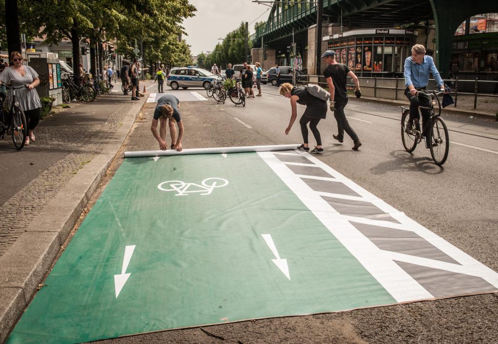 Pop-up protected bike lane: Changing Cities rollt den Radler*innen den grünen Teppich aus (N. Michalke)