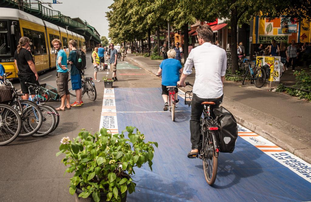 So entspannt rollt es sich auf der Pop-up Protected Bike Lane (T. Kraudzun)
